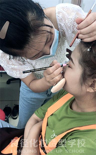 北京良径化妆培训学校 化妆班学员练妆