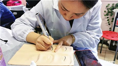 北京通州纹绣培训哪家更专业 良径纹绣班学员练习